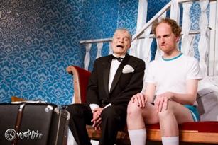 Helmut Gentsch und Jens Raygrotzki betrachten mit gemischten Gefühlen den Koffer. Foto: Anders Balari